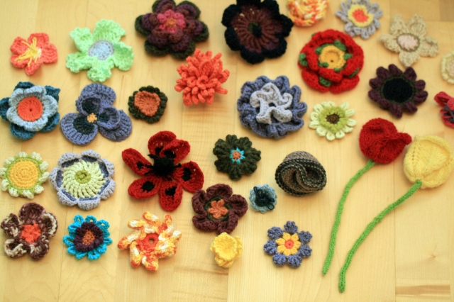 30 crochet and kinitted flowers