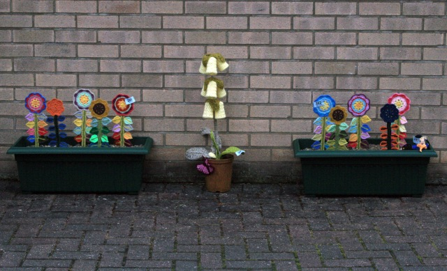 Crochet Happy Flowers in a Troughs